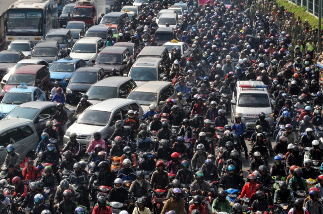 Can you see me? I'm the one in the blue car. (Bay Ismoyo/GettyImages)